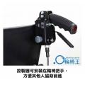 控制器可安裝在輪椅把手,方便其他人協助前進